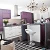 Колір підлоги в кухню з гарнітуром мають фіолетові фасади