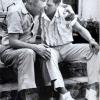 Елвіс преслі зі своїм батьком в день смерті матері, сша, 1958 р