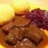 Як готується рагу з оленини з пюре з солодкої картоплі?