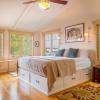 Ліжко з ящиками в спальні (50 фото): красиві моделі