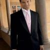 Поєднання синього костюма нареченого з сукнею нареченої кольору шампані і рожевим поясом
